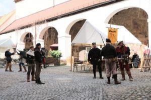 Mittelalterliche Schauspieler im Burghof