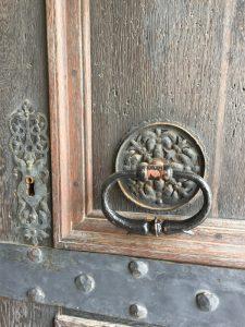 Rathaustür mit schmiede eisernem Ring