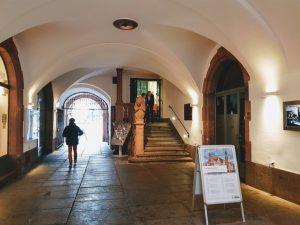 Eingang zum Stadtmuseum im Durchgang